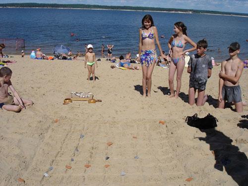 Мы даже нарисовали на песке внушительную доску, и вывалили заранее собранные и припасённые камни. Что за камни? Михаил заранее набрал на берегу отличных камней. Кирпич и какой-то местный черный камень образовали суперкомплект
