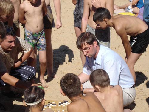 Я помню презентацию на берегу Волги, где я, Михаил Емельянов, Дмитрий Донсков несколько часов сидели в окружении отдыхающих детей и непрерывно объясняли им Го